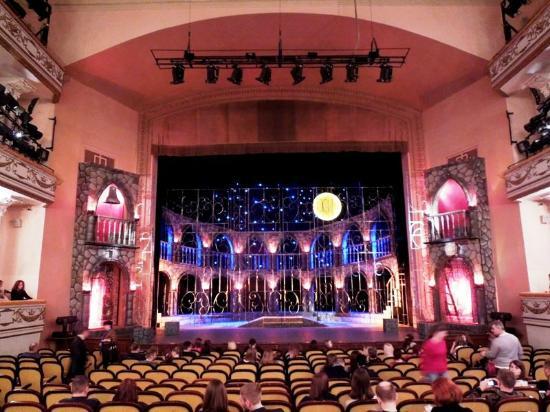 На весенних каникулах ученики 7 «Б», «В», «Л» классов посетили спектакль «Ромео и Джульетта»