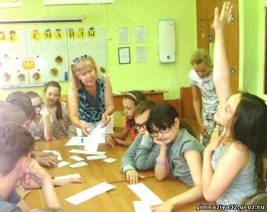 Занятие летней исследовательской школы в школьном лагере