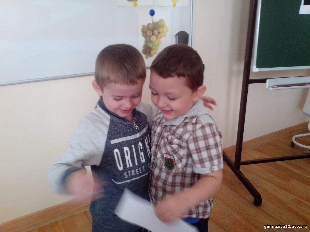 На занятиях с психологом дети продолжают знакомиться друг с другом